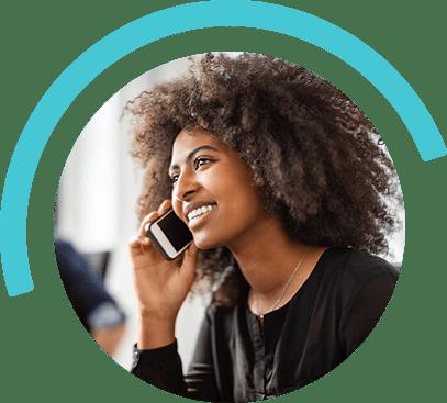 mujer al teléfono sonriendo